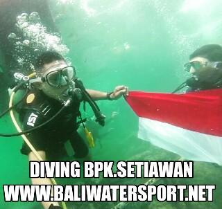 diving mengibarkan bendera